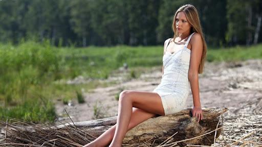 фото молоденькая брюнетка показывает свои прелисти